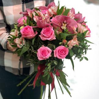 Букет с розовыми розами и орхидеями